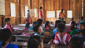 Ett klassrum med barn någonstans i Asien