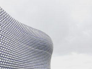 En futuristisk husfasad och en går himmel