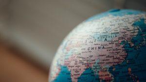 Närbild av en jordglob inzoomad på Kina och Indien