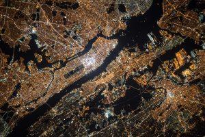 En bild tagen uppifrån över en stad med mycket belysning