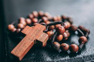 Ett kors i trä i närbild