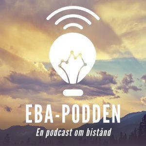 Loggan för EBA-podden, bakgrunden är ett bergs-och skogslandskap med en himmel som både är blå och med moln
