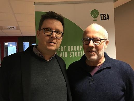 Markus Burman och Kim Forss står framför en EBA roll-up i grönt