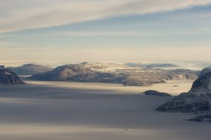 Foto på Grönland, isar och klippor syns