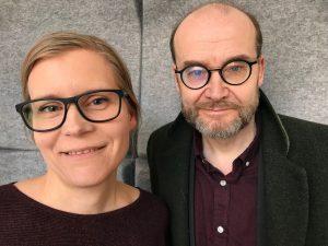 Två podcastgäster, en kvinna och en man