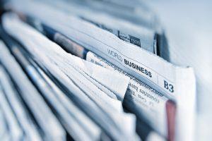 Närbild på tidningar som står bredvid varandra