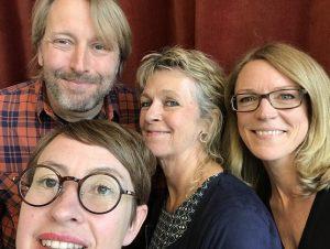 Tre podcastgäster och programledaren står framför en röd sammetsgardin