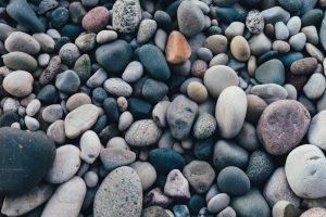Stenar på en strand i närbild