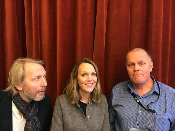 Tre podcastgäster fotas framför en röd sammetsgardin