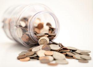 Burk med mynt som trillar ut